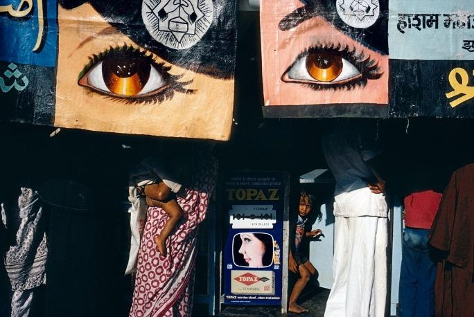des affiches de yeux cachent des personnes