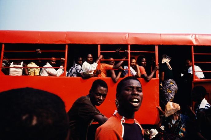 un bus rouge est rempli de personnes