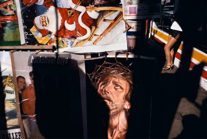"""des affiches d'icônes américaines contrastent avec les jambes d""""une femme"""