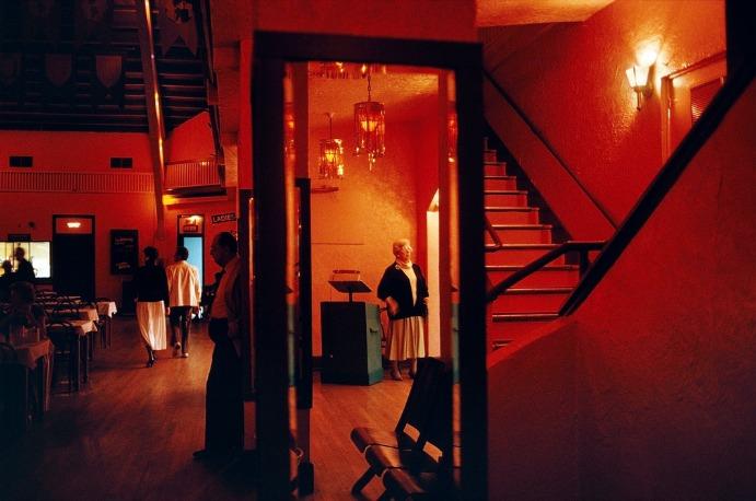 Alex Webb : Une vieille dame est debout à l'entrée d'une salle de danse