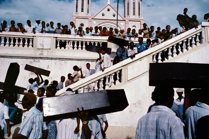 Alex Webb : Des hommes qui transportent des cercueils