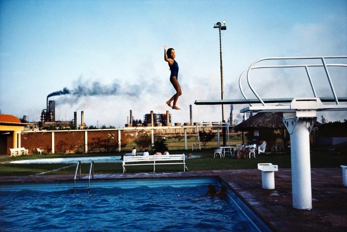 Alex Webb : Une enfant saute d'un plongeoir à la piscine