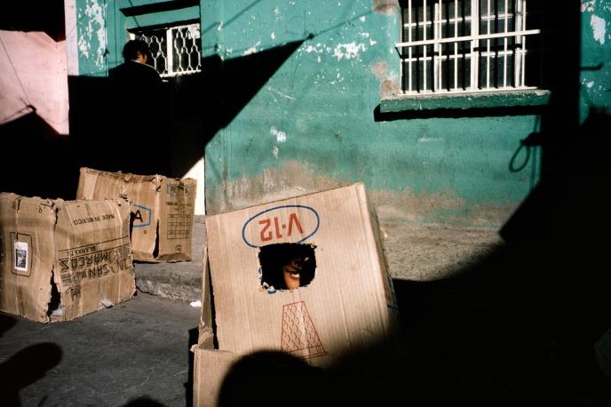 Alex Webb : un enfant se cache dans un carton