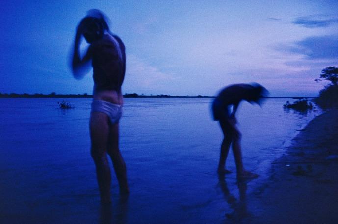 Alex Webb : Deux enfants se baignent en fin de soirée