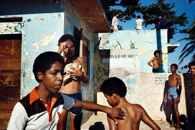 Alex Webb : Des enfants jouent dans la rue