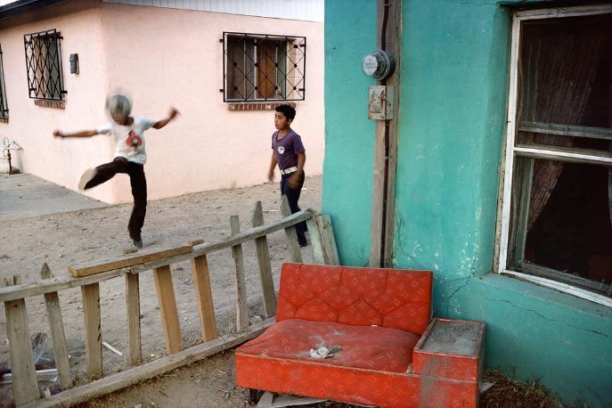 Alex Webb : Deux enfants jouant au ballon