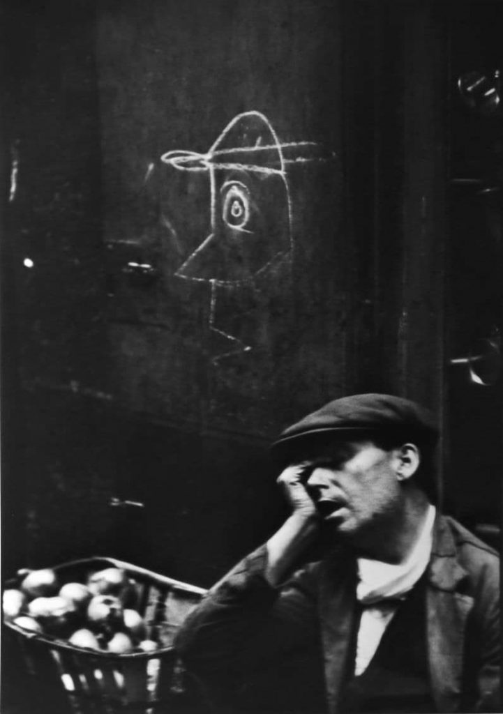 Henri Cartier Bresson : un homme est endormi