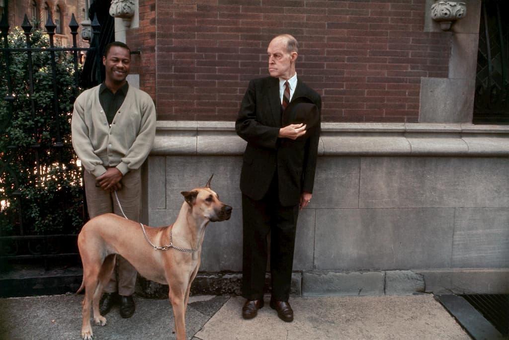 deux hommes dont un tient son chien en laisse
