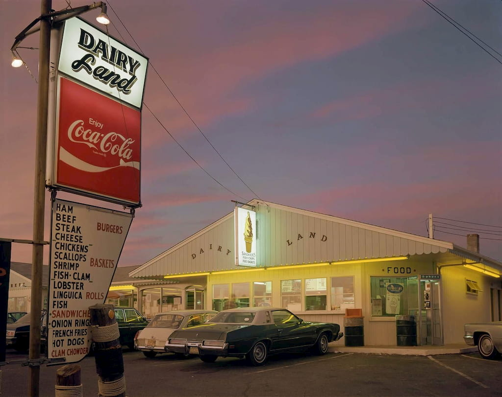 vue d'un restaurant dairy land au coucher du soleil