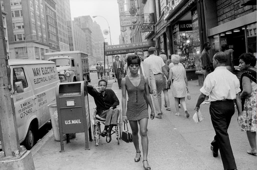 un homme en fauteuil roulant regarde une femme