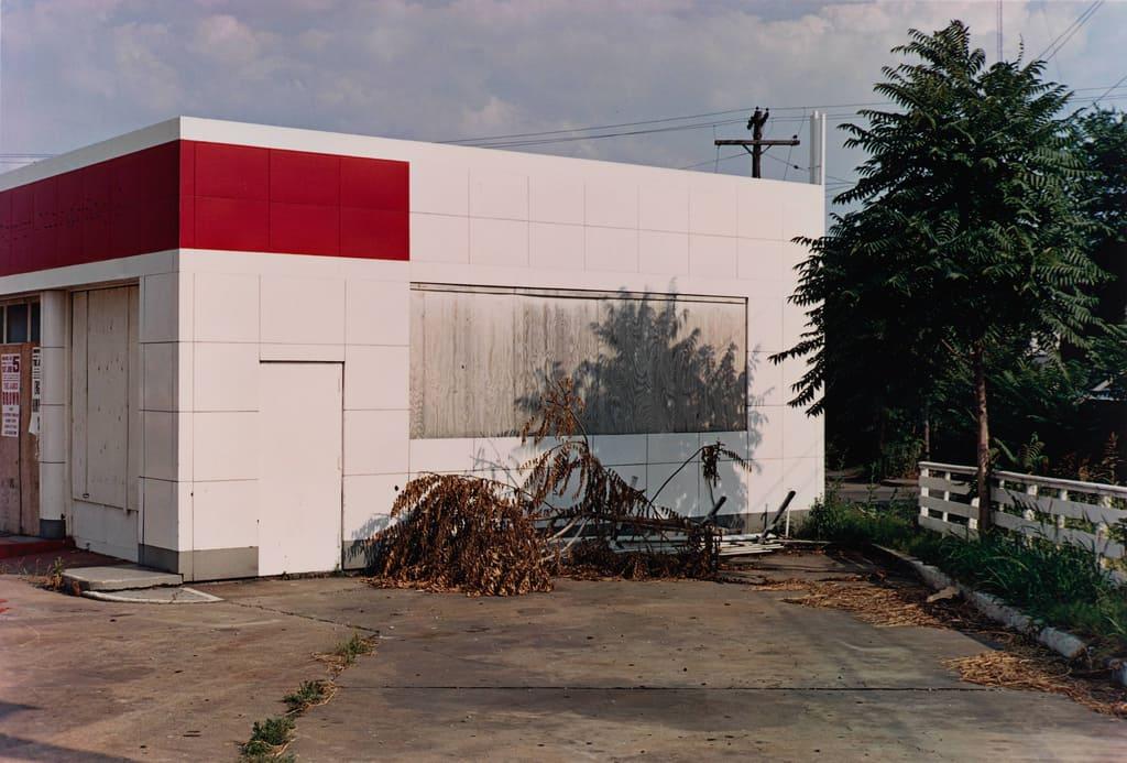 bâtiment blanc avec le coin rouge