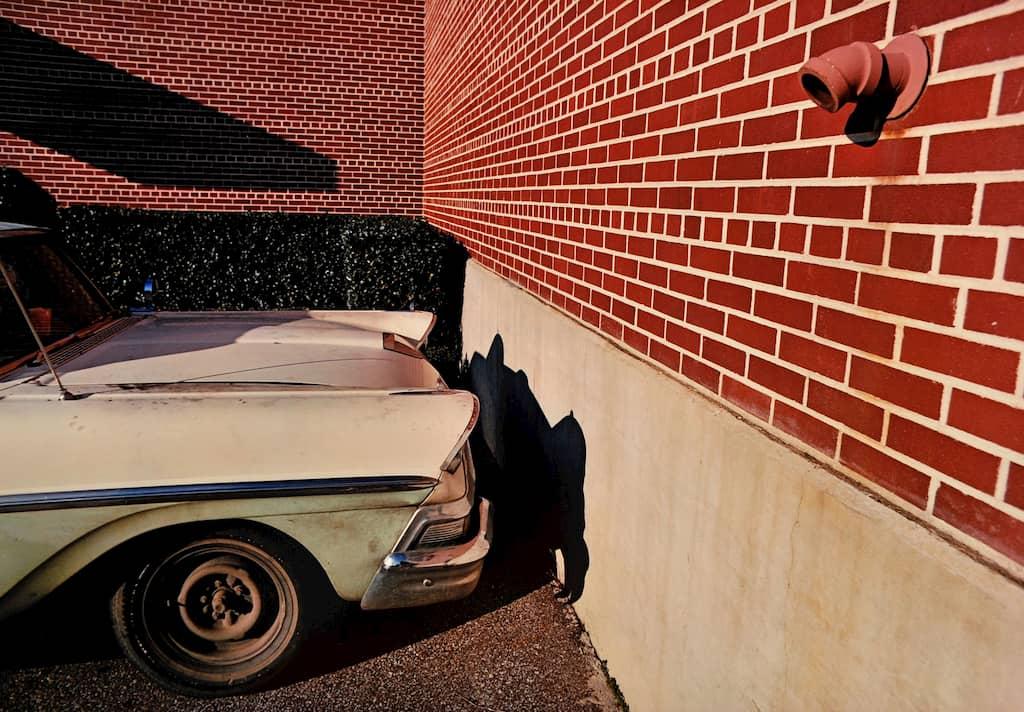 mur en briques et voiture américaine
