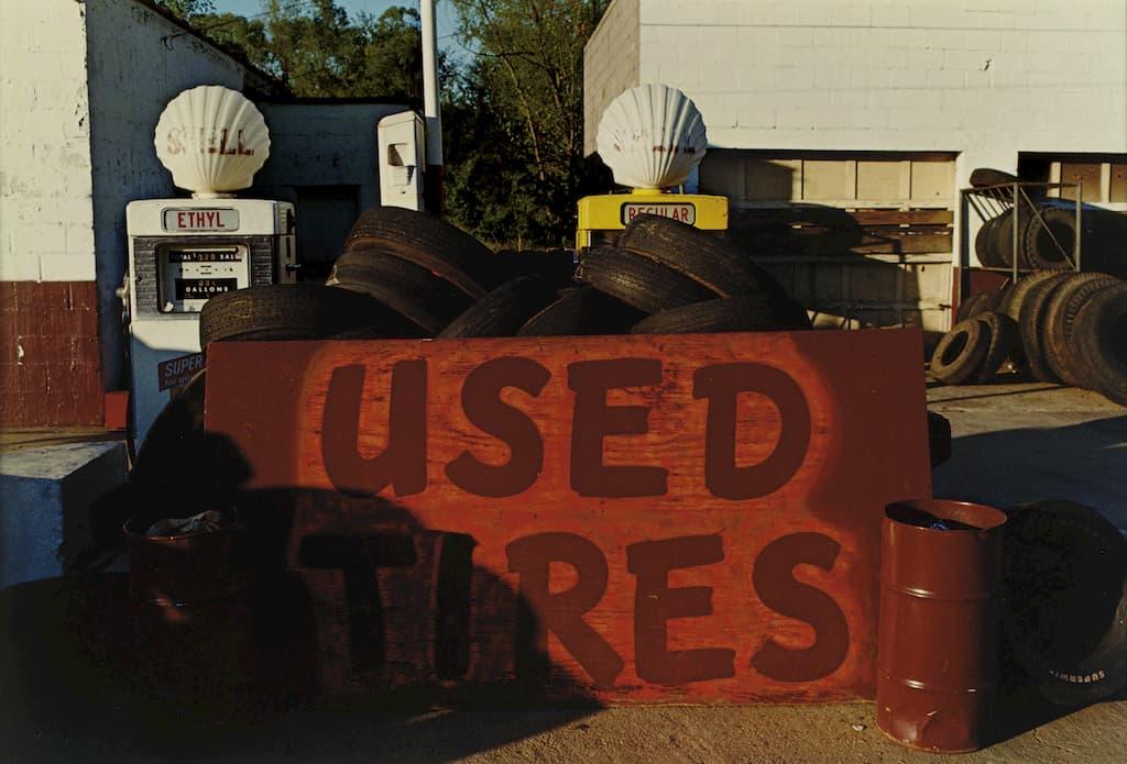 """garage avec un panneau """"used tires"""""""