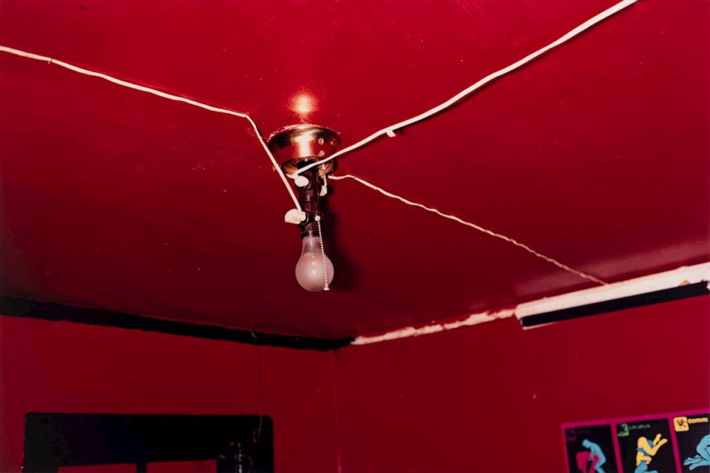 Le plafond rouge par William Eggleston