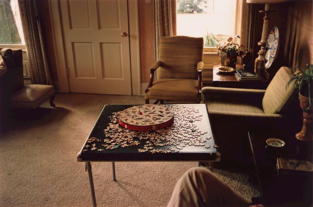 William Eggleston - Intérieur d'un salon avec un puzzle