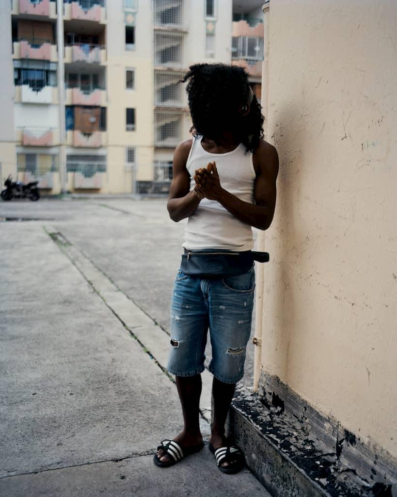 Un homme avec les cheveux sur les yeux en Guadeloupe photographiée par Gregory Halpern