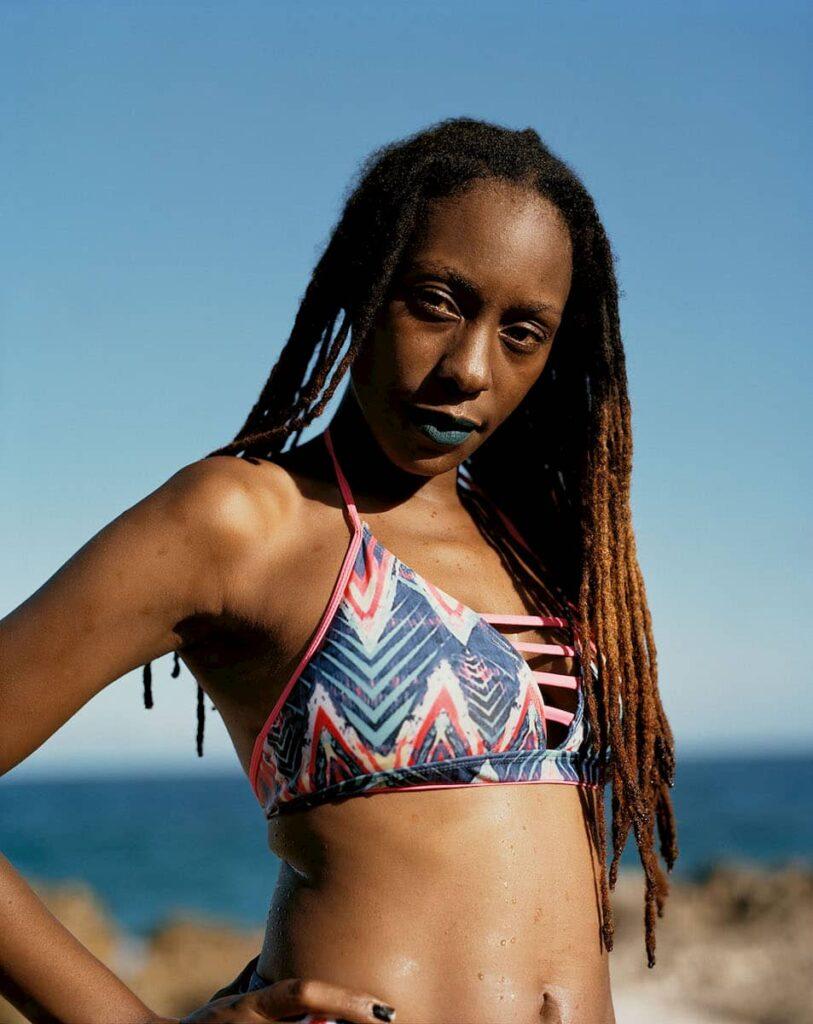Jeune femme en maillot de bain en Guadeloupe photographiée par Gregory Halpern