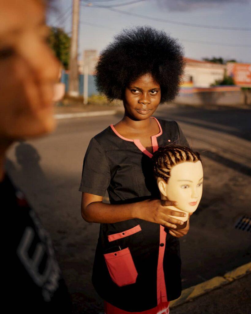 Jeune femme avec une tête de mannequin en Guadeloupe photographiée par Gregory Halpern