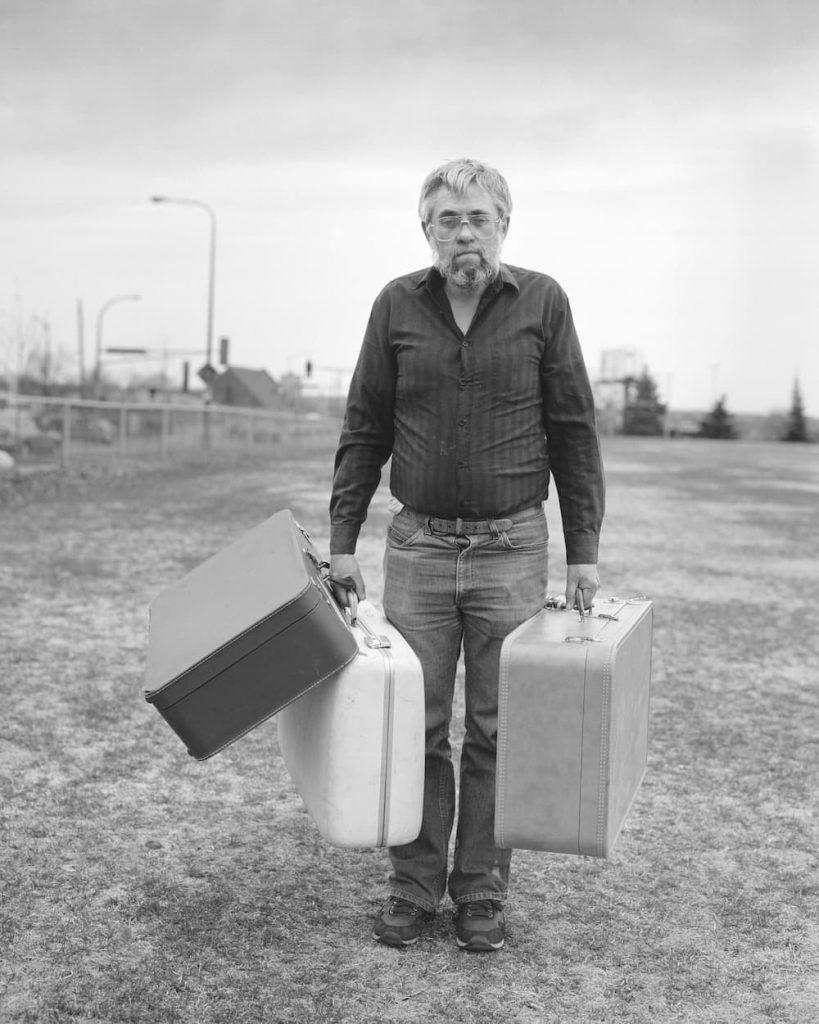 © Alec Soth : un homme seul dans un parc avec des valises