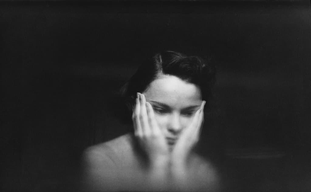Saul Leiter - In My Room - Femme qui semble perdue dans ses pensées