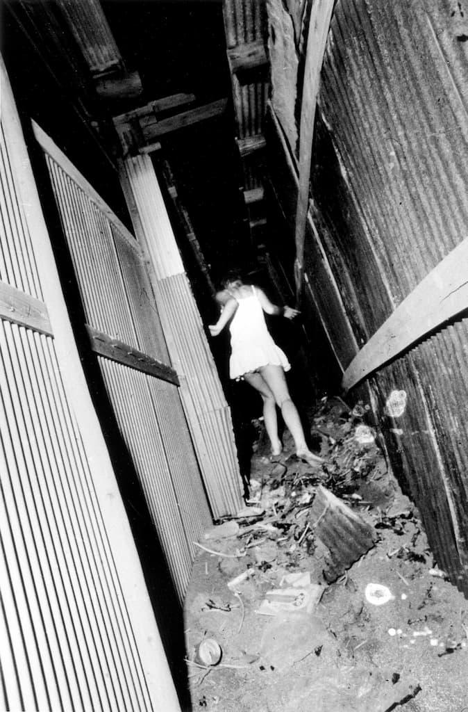 Une femme essaie d'échapper au photographe