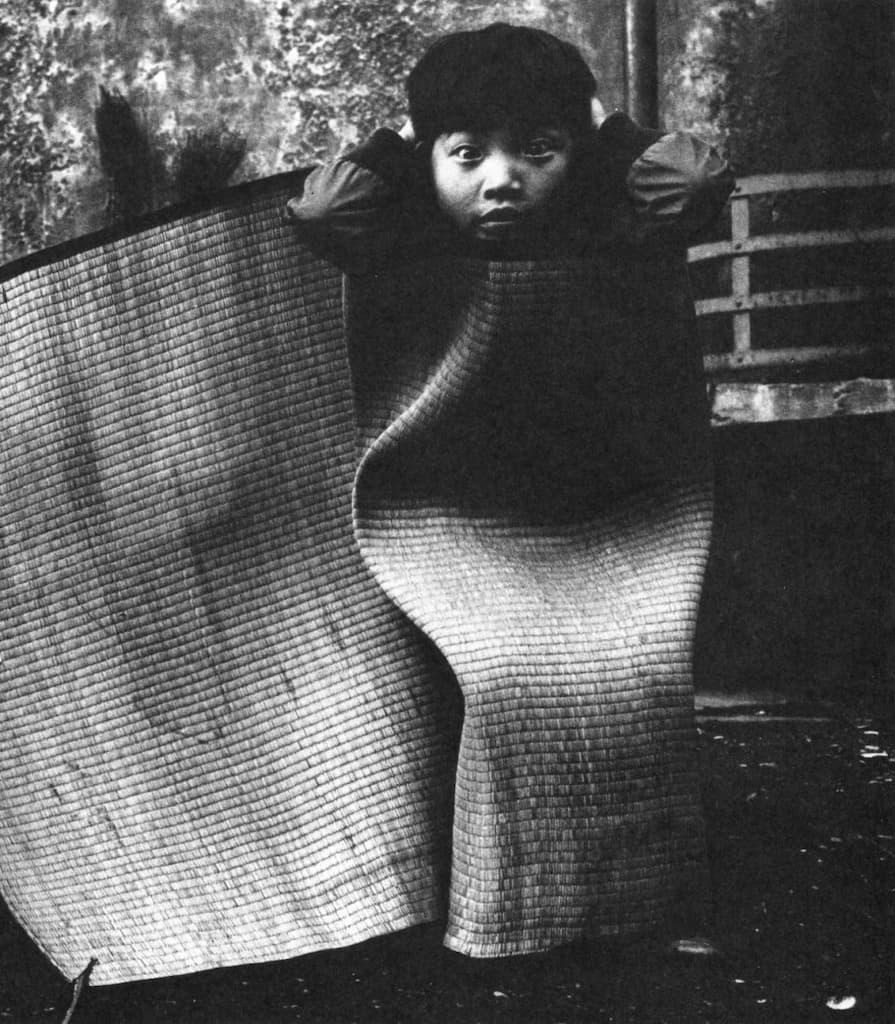 Un enfant est vêtu d'un tapis