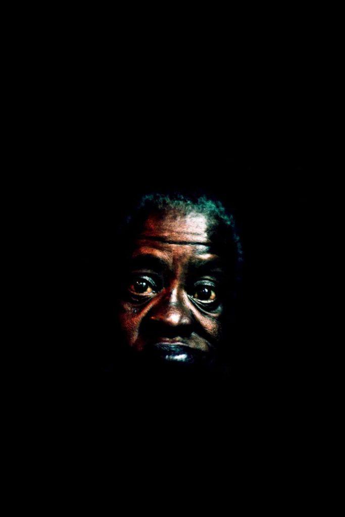 Photo de Khalik Allah : un homme dont on ne perçoit que la silhouette de sa tête