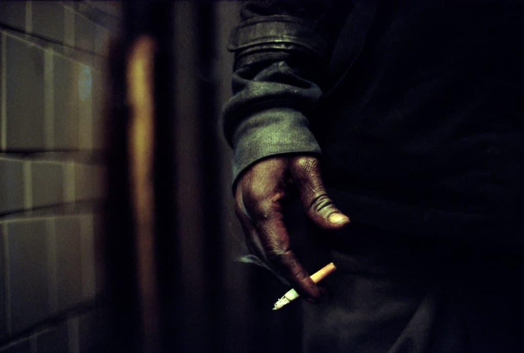 Photo de Khalik Allah : une main qui tient une cigarette