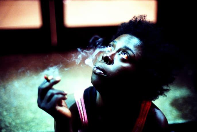 Saphire, une femme fume un joint de K2