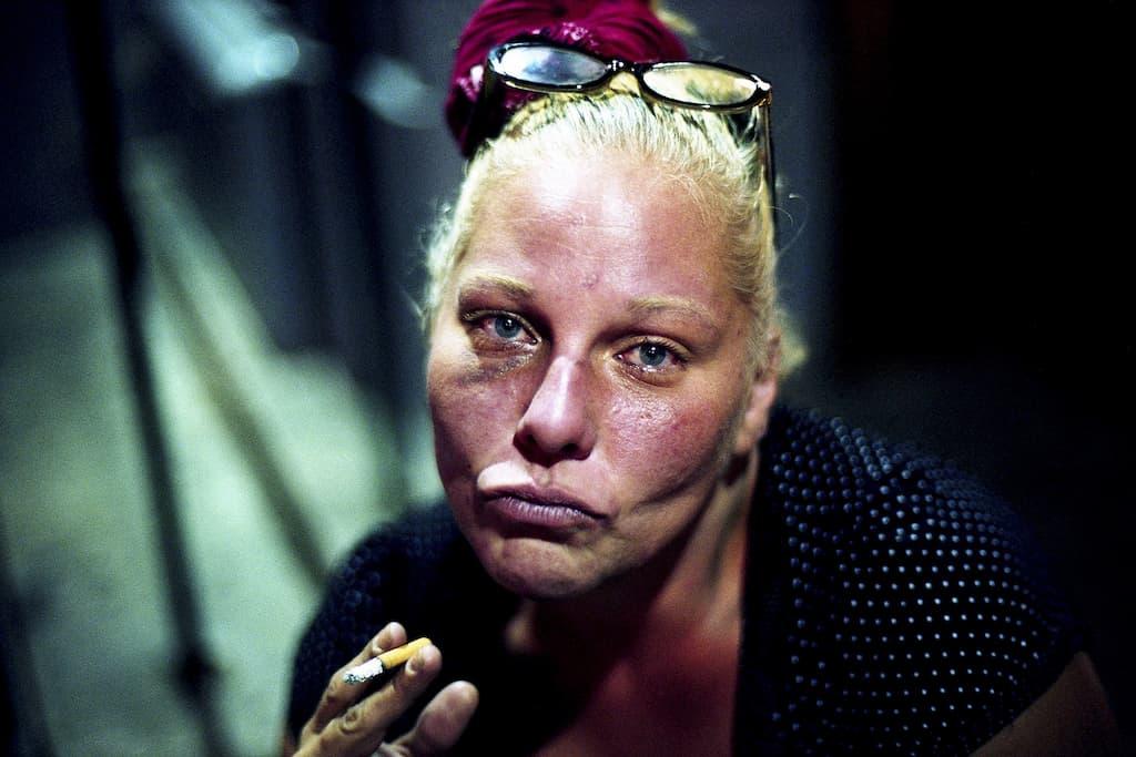 Photo de Khalik Allah : une femme qui fume une cigarette prend la pose