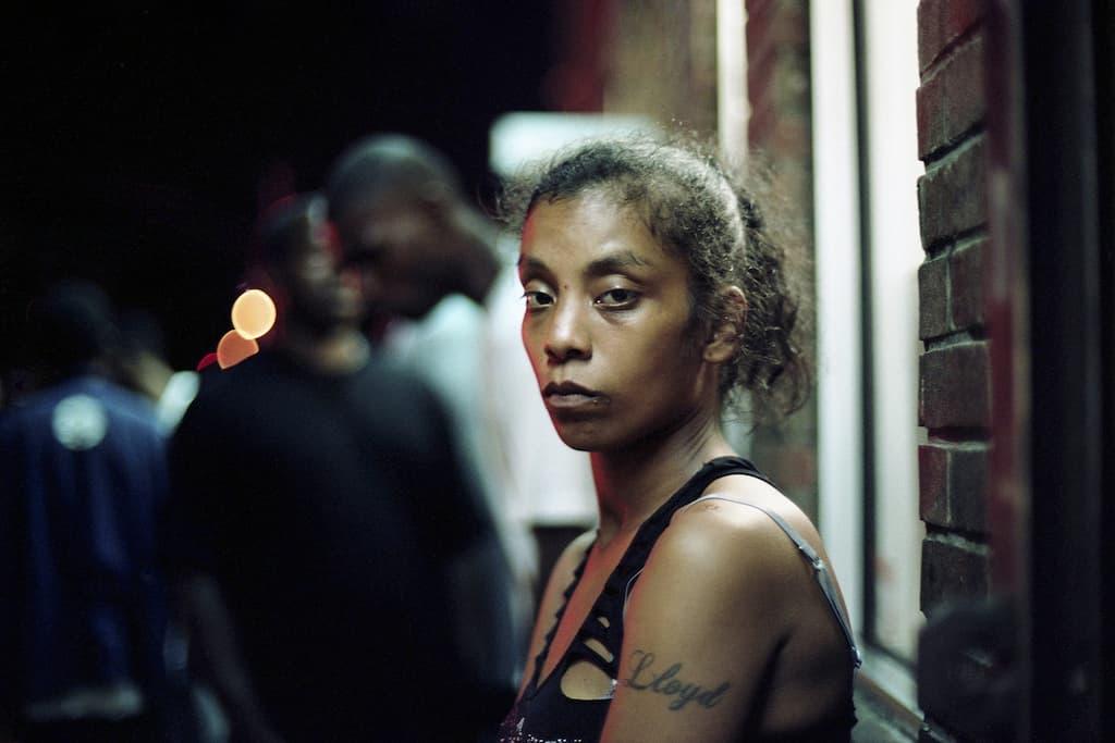 """Photo de Khalik Allah : une femme tatouée du prénom """"LLOYD"""" prend la pose"""