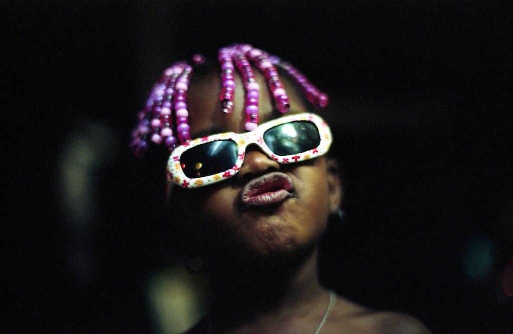 Photo de Khalik Allah : une fillette avec des cheveux rose