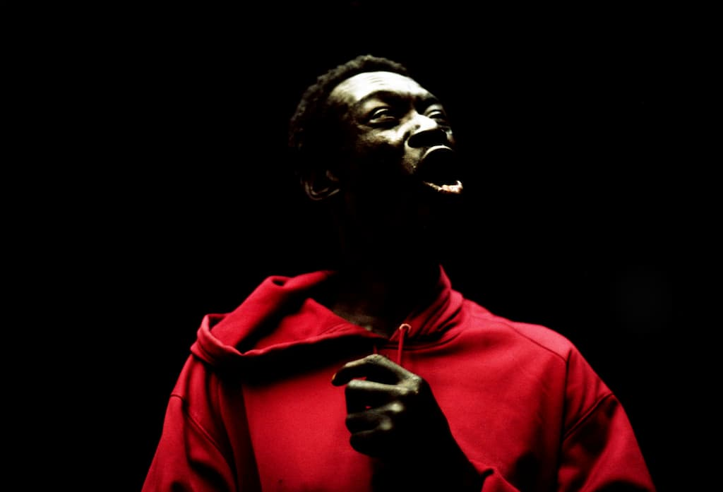 Photo de Khalik Allah : Frenchie avec un hoodie rouge
