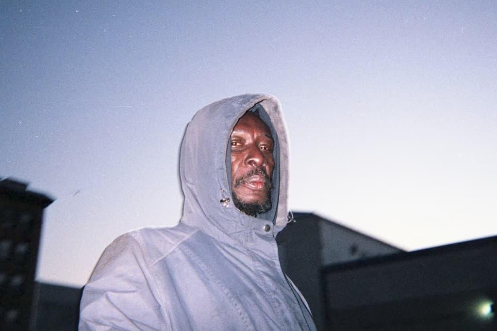 Photo de Khalik Allah : un homme est vêtu d'une parka bleue