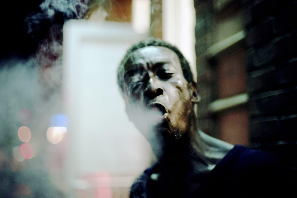 Photo de Khalik Allah : Frenchie expire la fumée de sa cigarette
