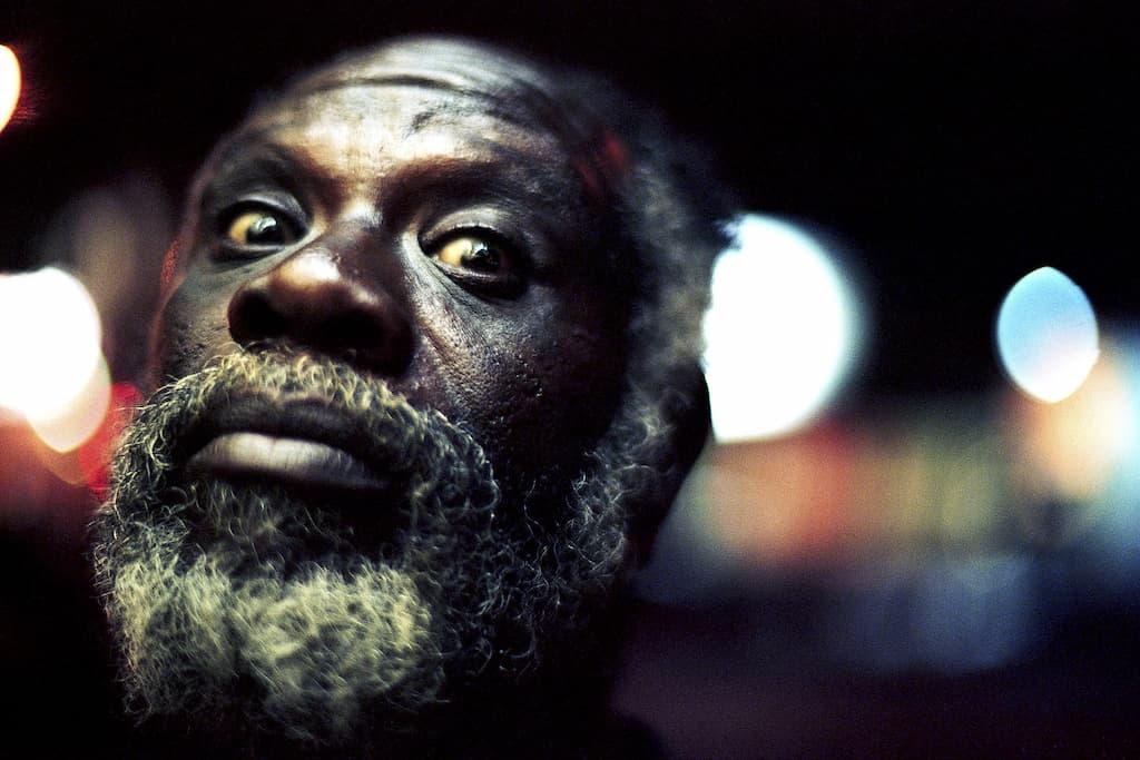 Photo de Khalik Allah : un homme ouvre grand les yeux