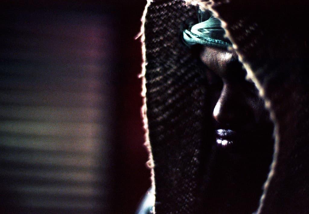 Photo de Khalik Allah : un homme de trois quart dans un clair obscur