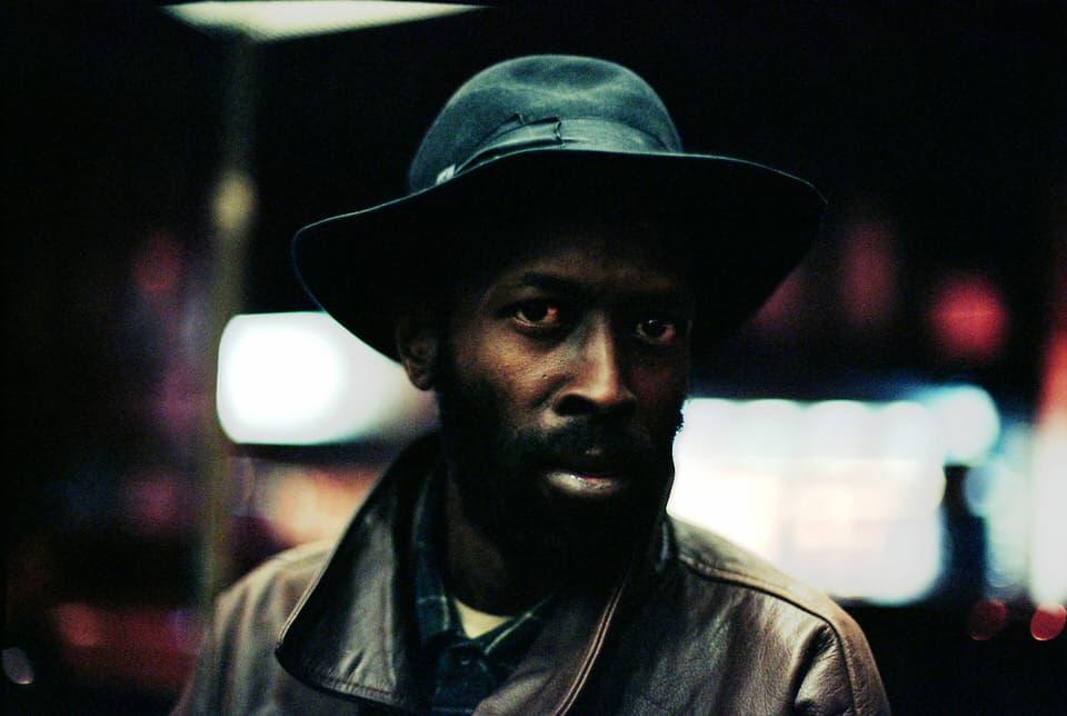 Photo de Khalik Allah : un homme vêtu d'un chapeau et d'un blouson en cuir marron