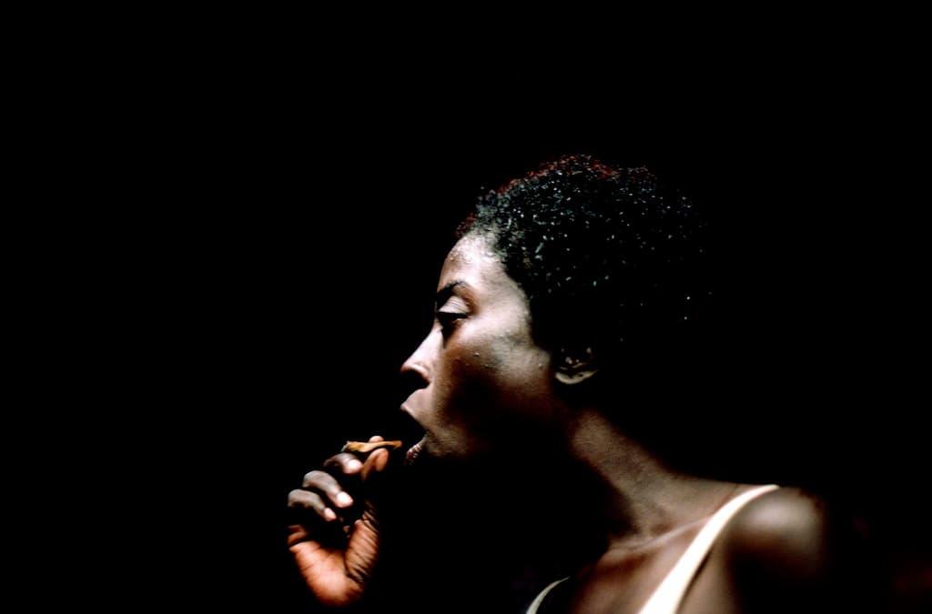 Photo de Khalik Allah : une femme noire fume un joint de K2