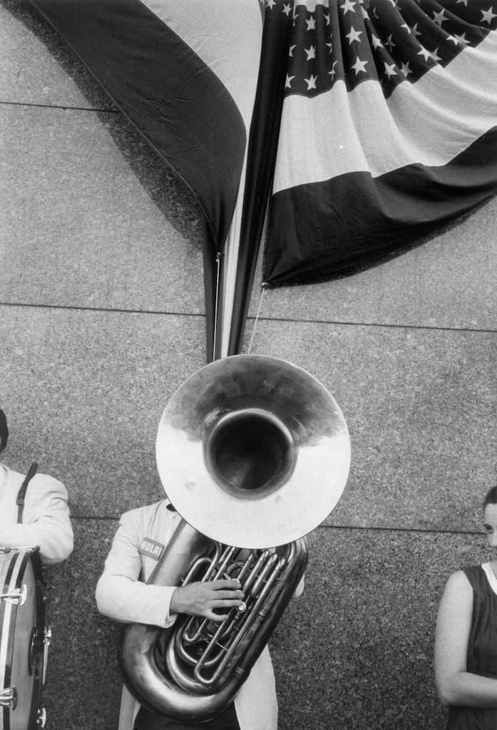 Un homme joue de la trompette dans la rue